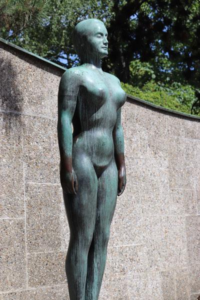 ドイツ街中の裸体をモチ―フにしたブロンズ像